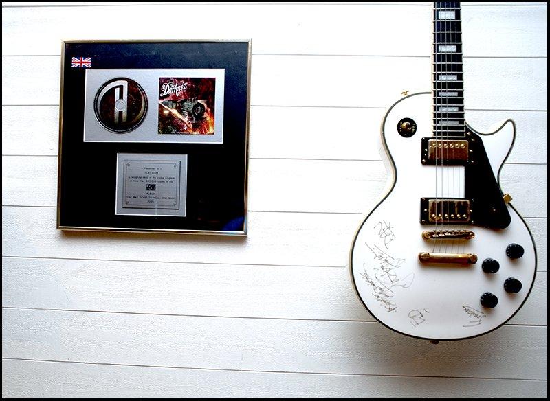 Signerad gitarr.jpg