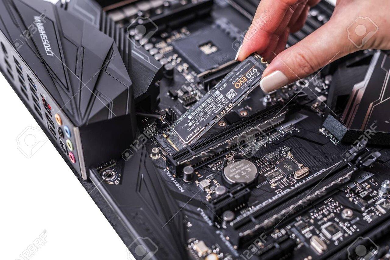 122641390-hard-disk-ssd-m2-on-the-motherboard-background-.thumb.jpg.7807f6ad38bbdbcffca395e1ec6cf394.jpg